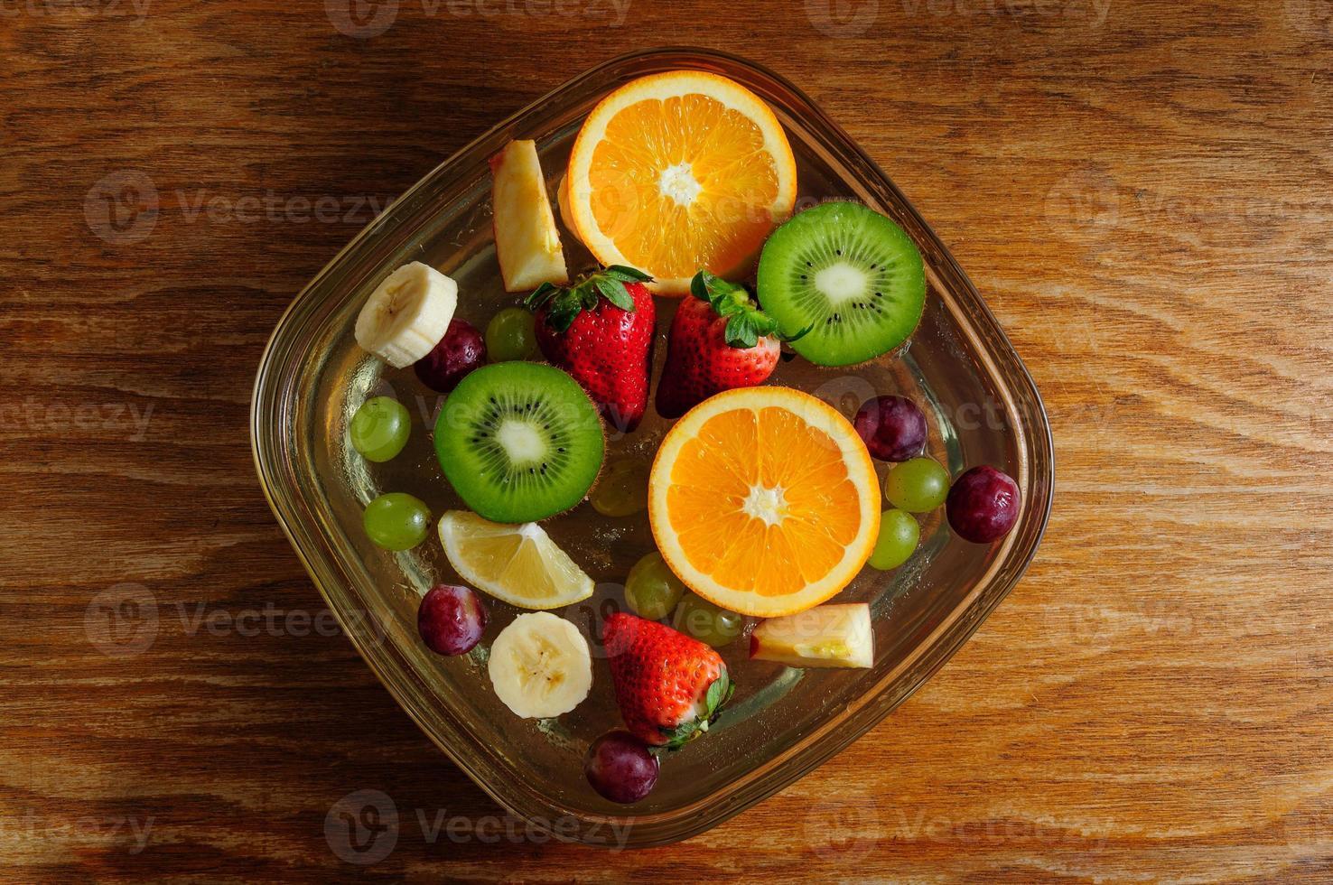 frutas jugosas en un plato con hielo foto