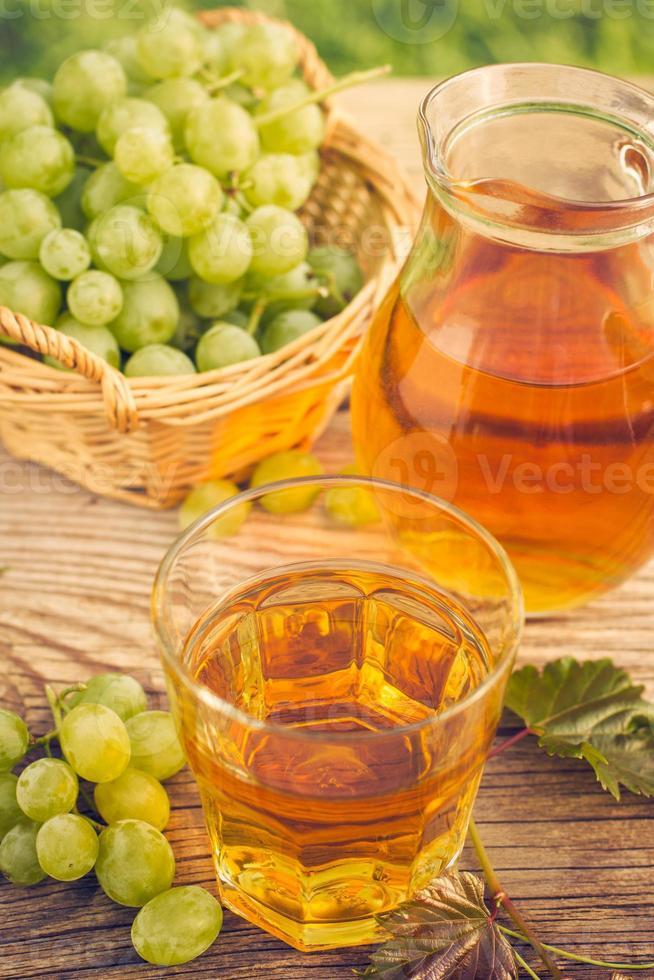 suco de uva no copo e jarra foto