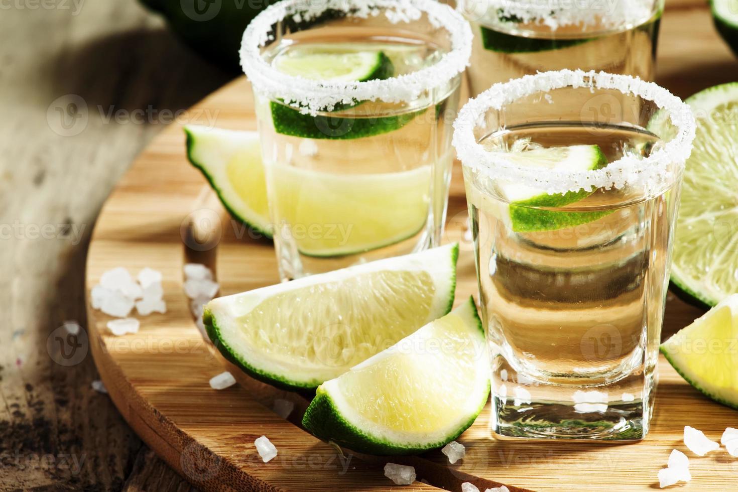 tequila mexicano de plata con lima y sal foto