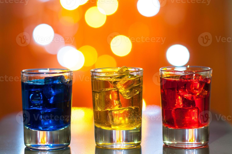 Tres vasos con licor de bayas en el bar en un foto