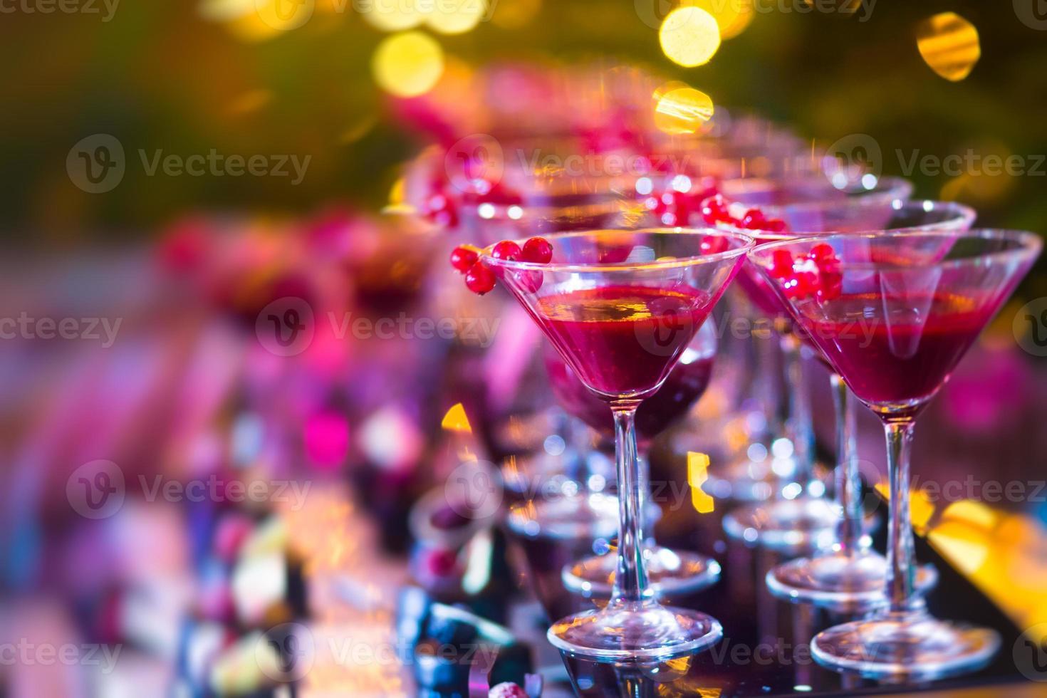 filas de cócteles alcohólicos multicolores de fiesta al aire libre foto
