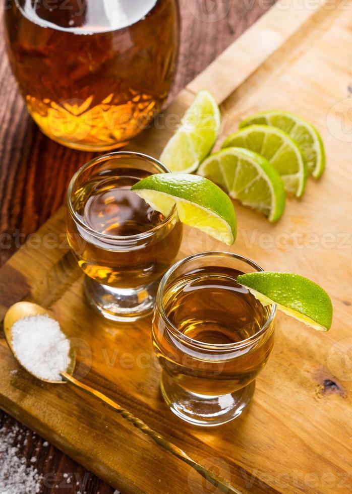 tequila en vasos de chupito con lima y sal foto