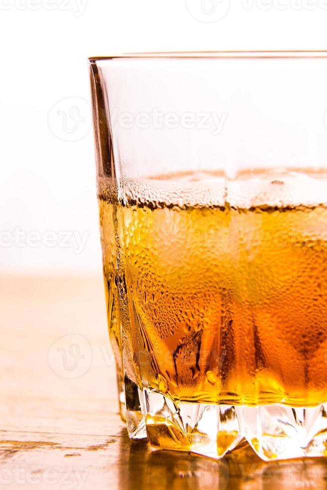 vaso de whisky y hielo foto