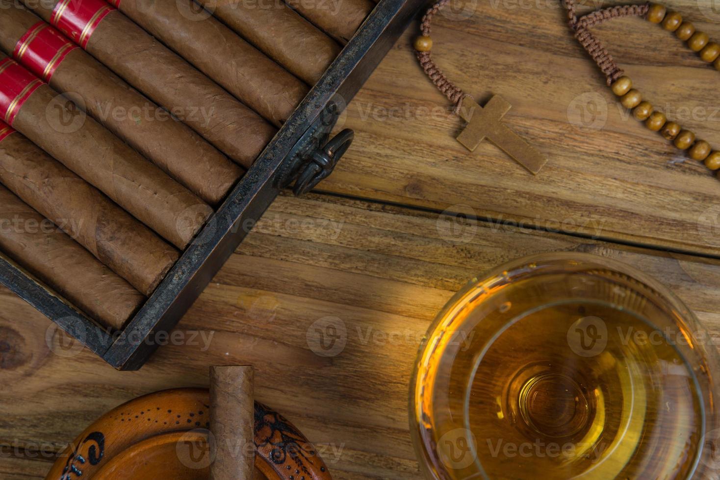cigarros y ron o alcohol en la mesa foto