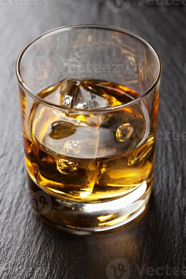vaso de whisky escocés con hielo foto