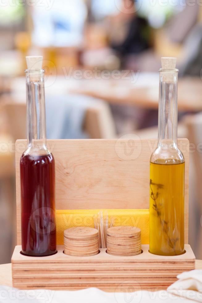 bebida de alcohol coloreada se presenta en restaurante foto