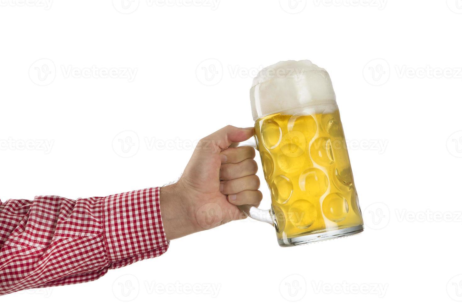 Hombre en camisa bávara tradicional sostiene jarra de cerveza foto
