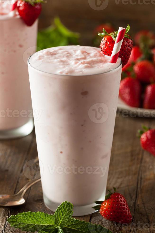 refrescante batido de fresa casero foto
