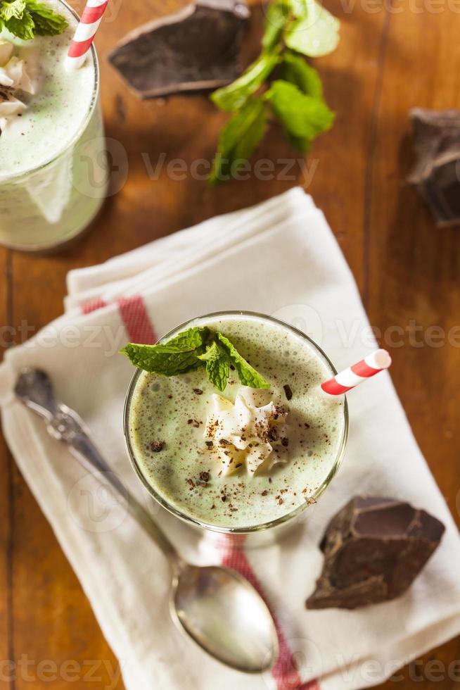 batido refrescante de menta con chispas de chocolate foto