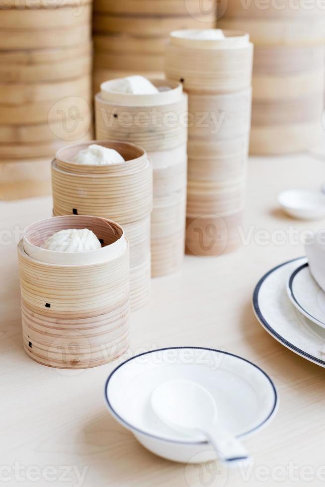 bollo chino al vapor en cesta de bambú foto