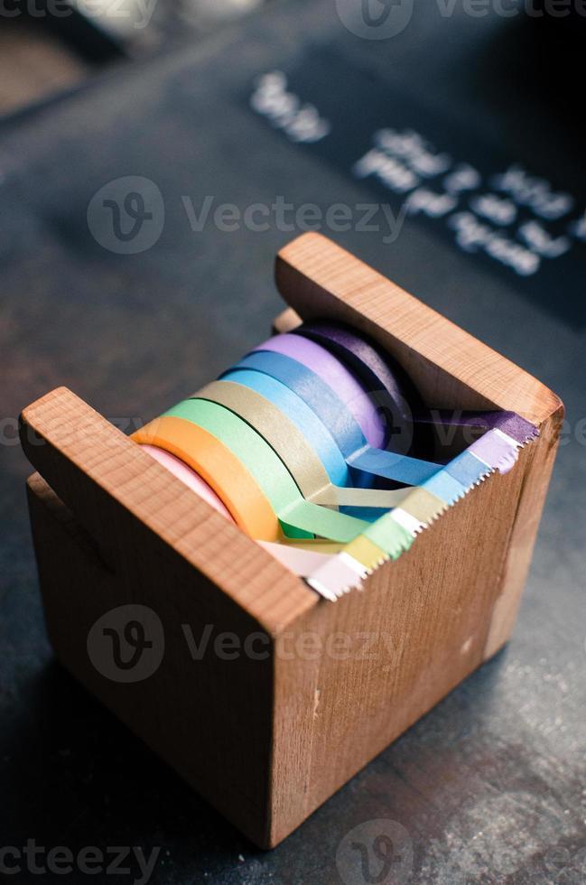un dispensador de cinta adhesiva de madera foto
