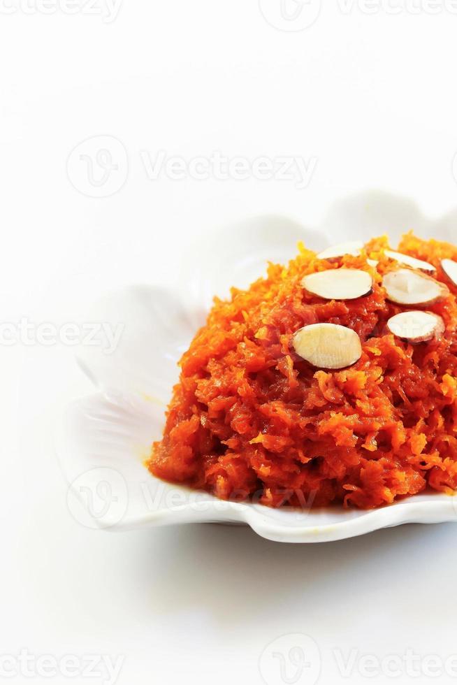 halwa de zanahoria sobre un fondo blanco foto
