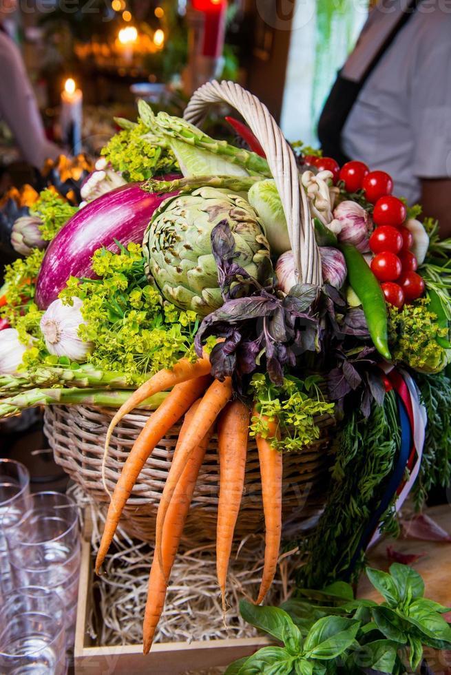 cosecha de verduras frescas en una canasta foto