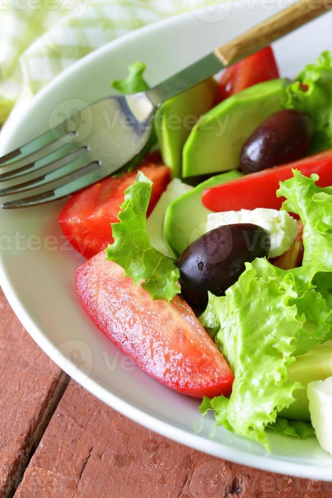 ensalada mediterránea con aceitunas negras, lechuga, queso y tomates foto
