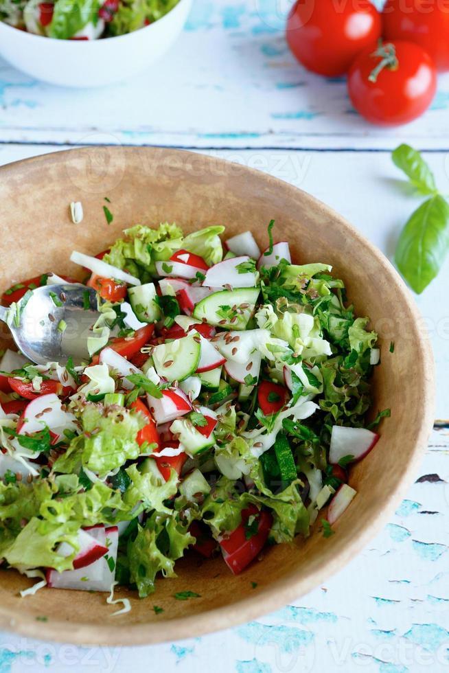 Ensalada de verduras de verano en un tazón grande foto