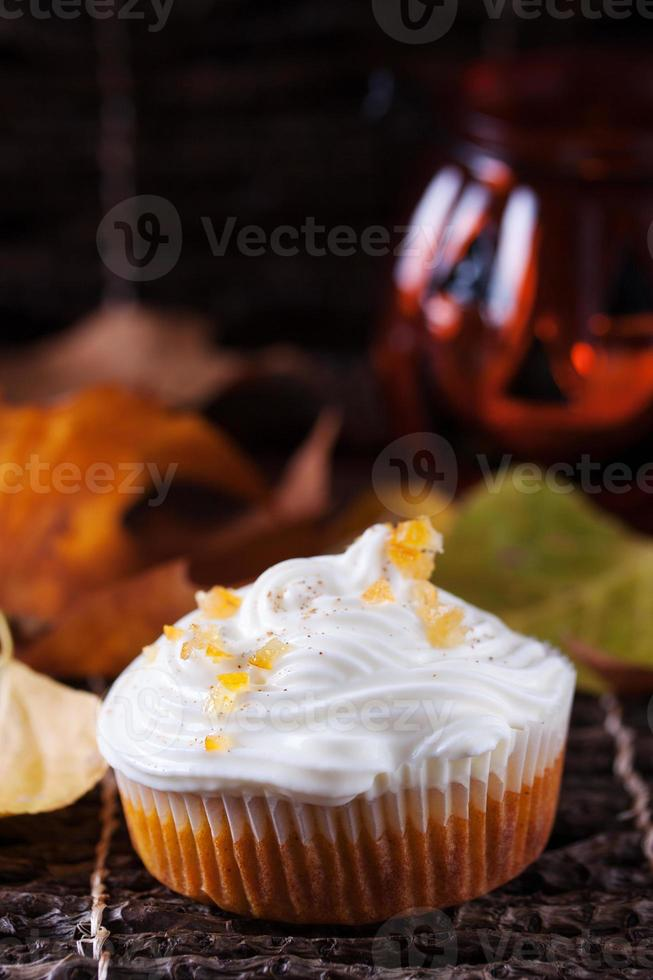 muffin de calabaza con crema batida foto