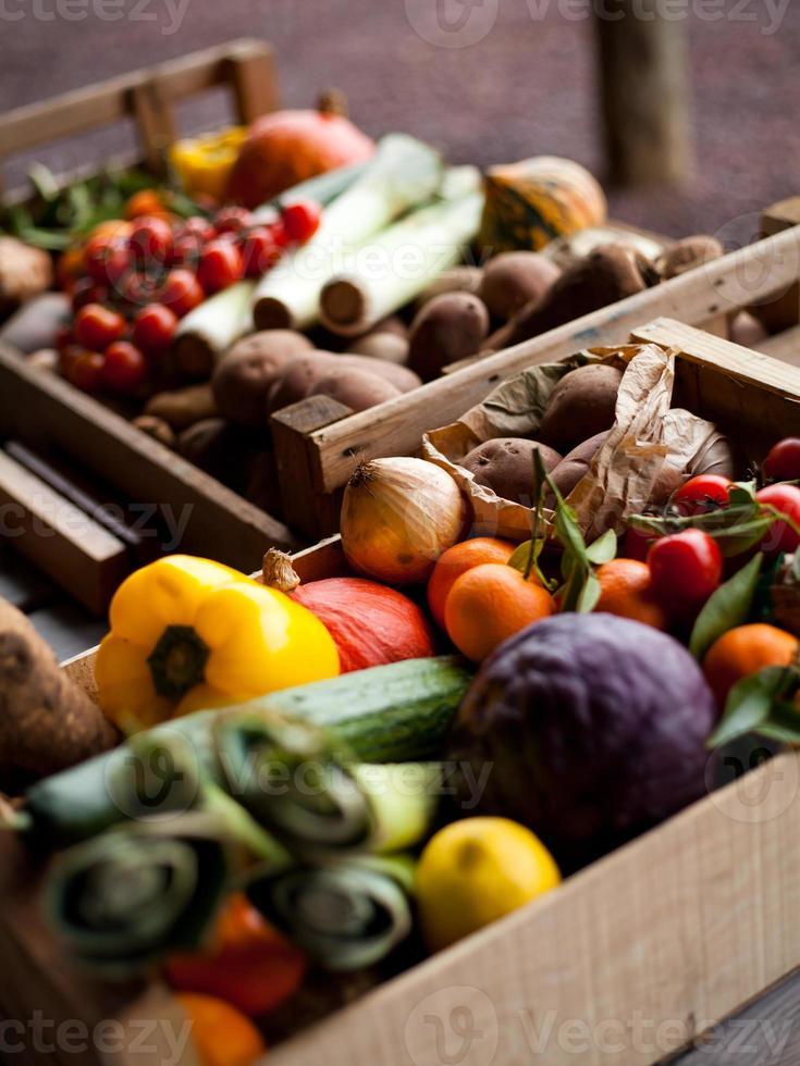 varias cajas de madera llenas de vegetales foto