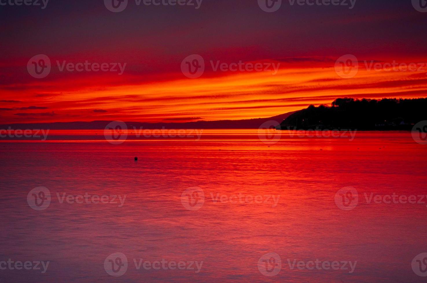 puesta de sol sobre la costa foto