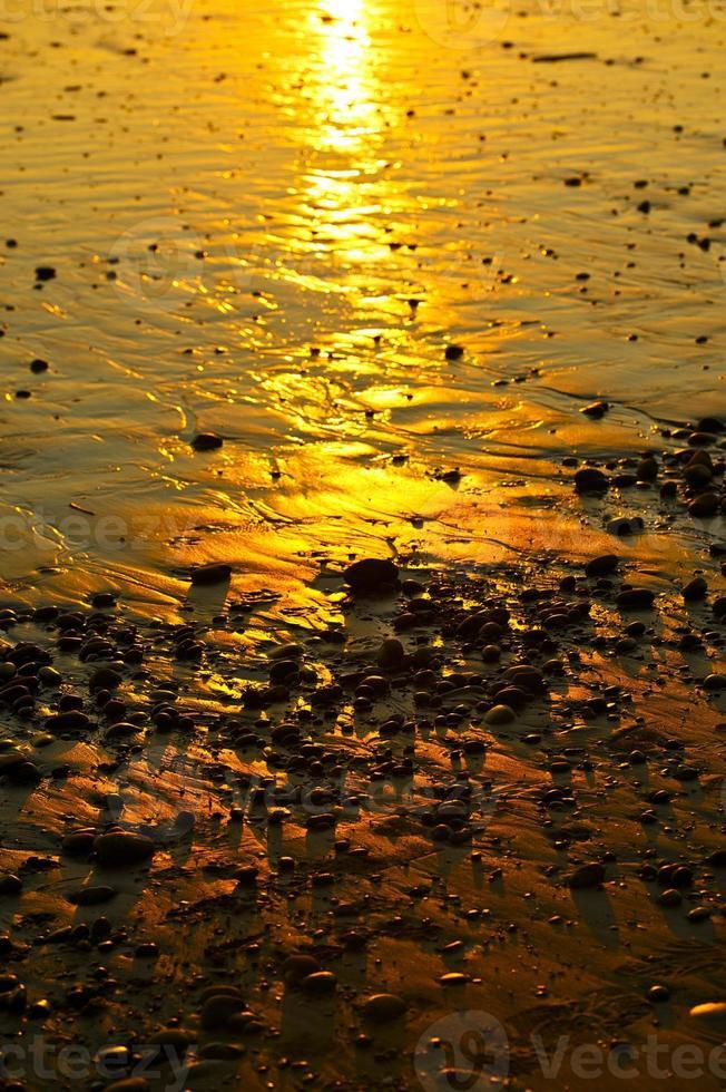 puesta de sol de playa rocosa foto