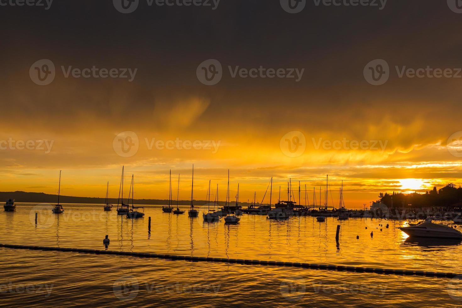 puesta de sol y barcos. foto