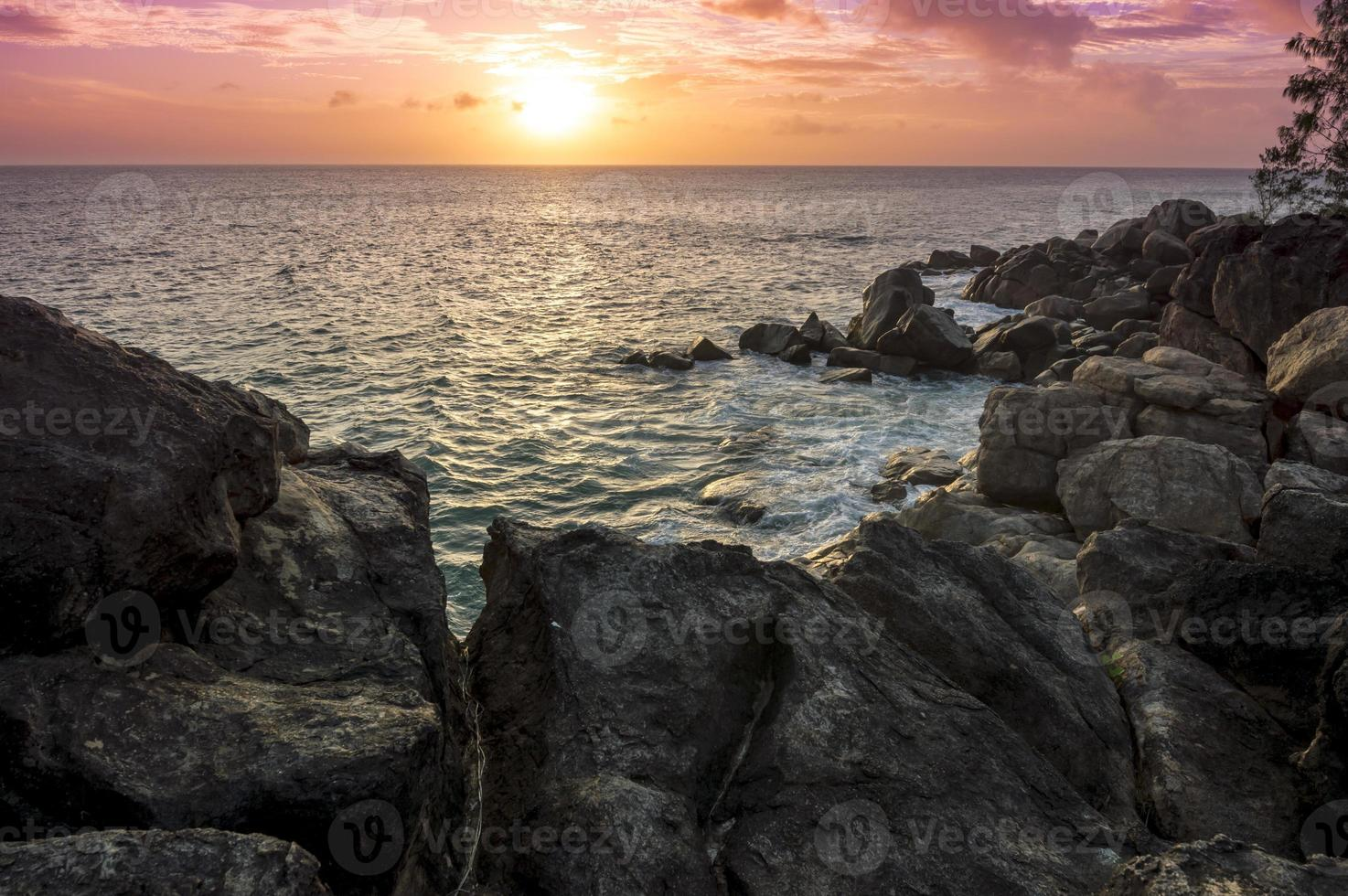 puesta de sol en seychelles foto