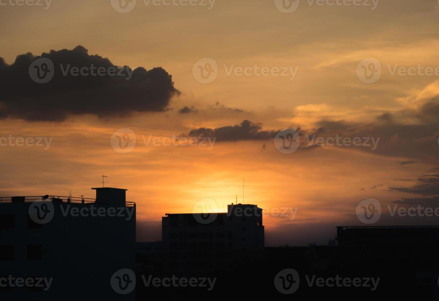 paisaje urbano de silueta en puesta de sol foto