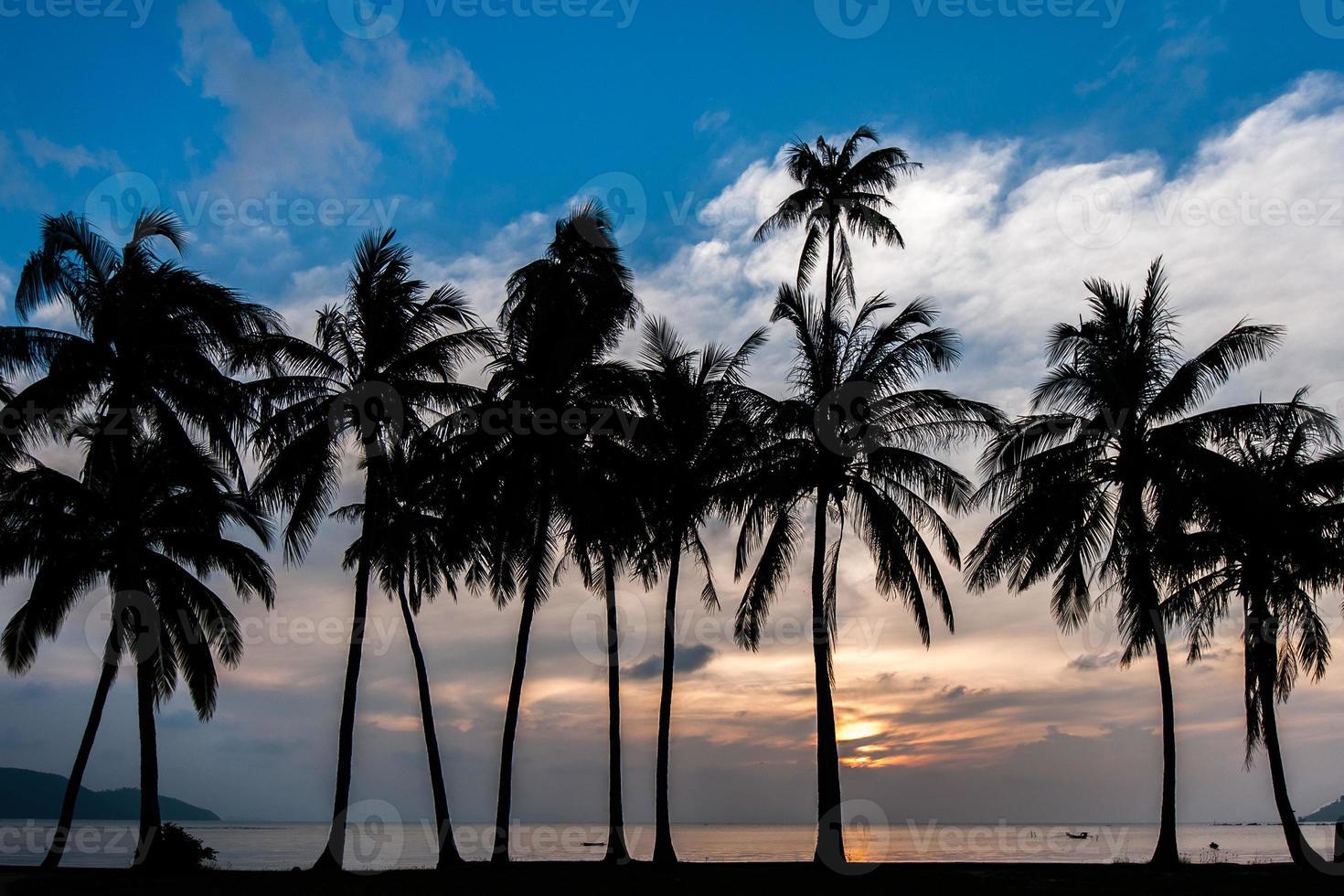 puesta de sol en la isla de samui foto
