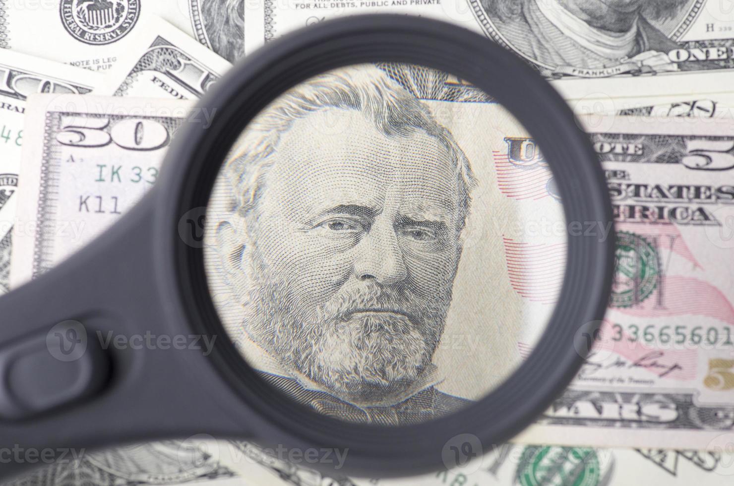 subvención de cincuenta dólares sobre un montón de dólares foto