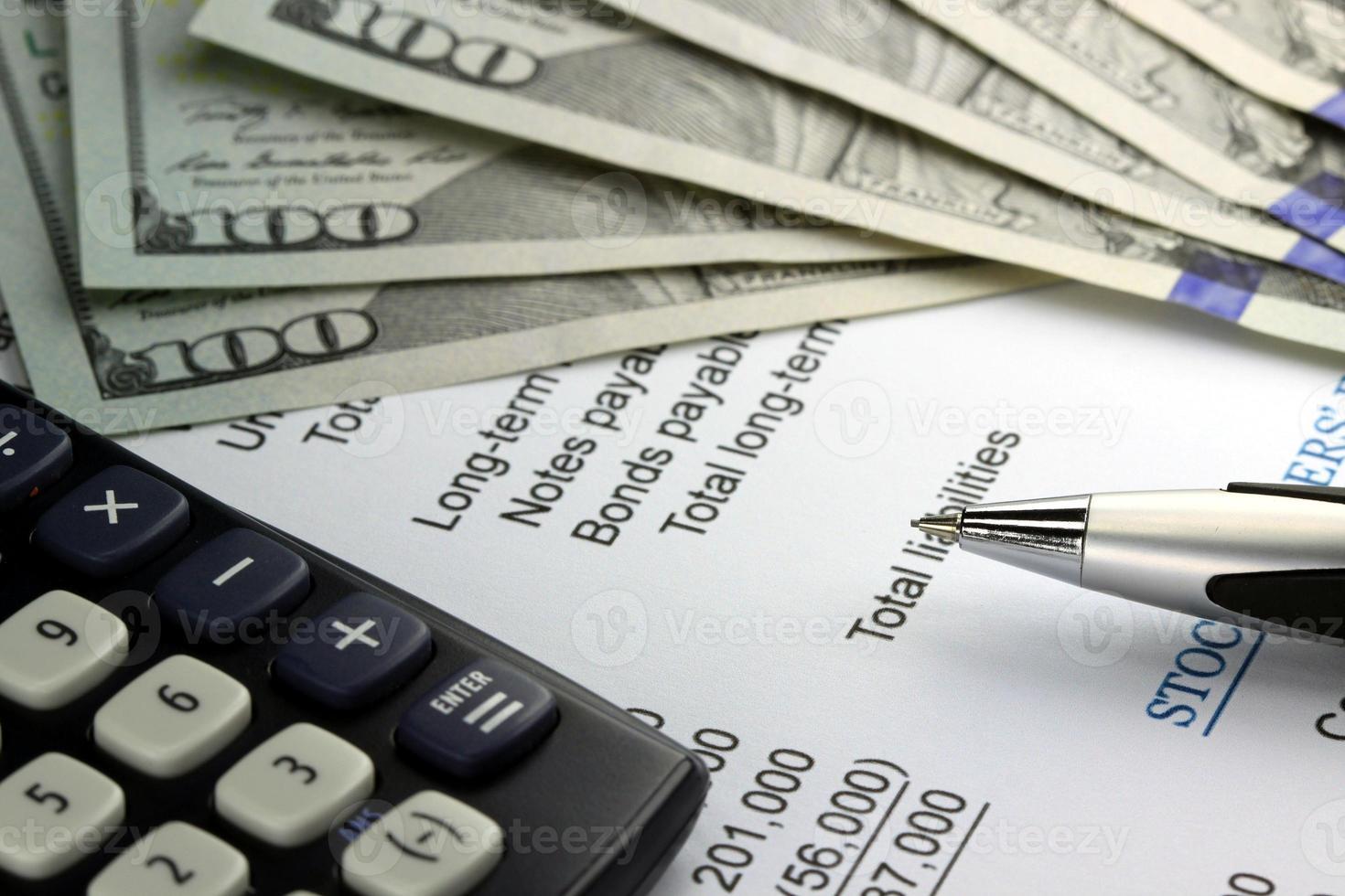 nosotros moneda, calculadora y documentos financieros closeup foto