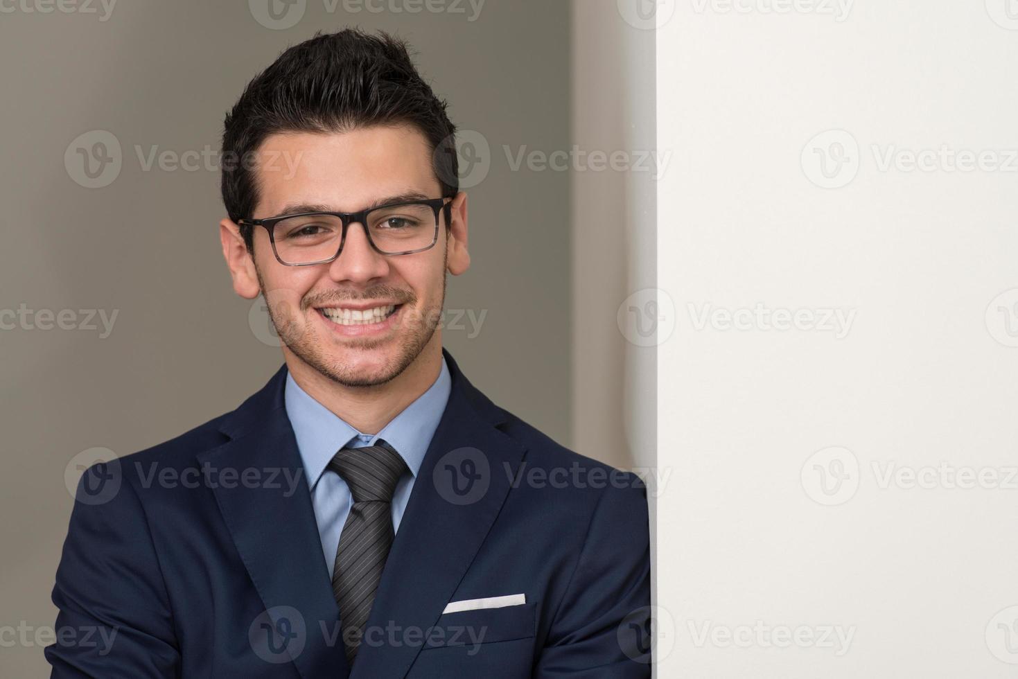 Retrato de un empresario informal guapo sonriendo foto