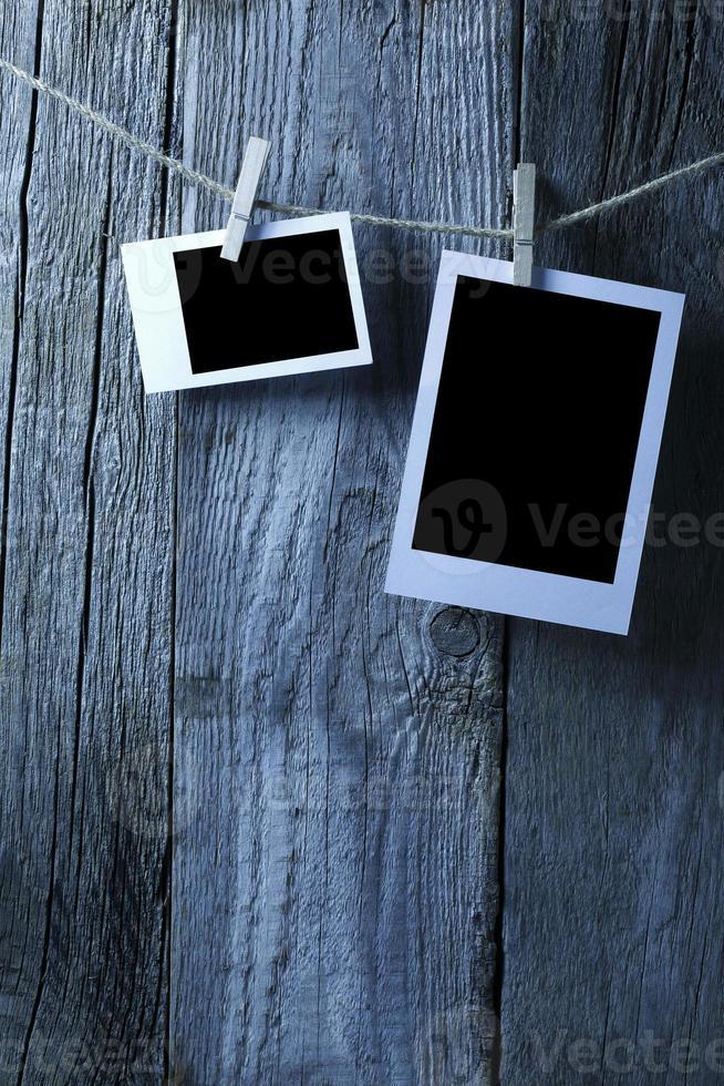 fotografías en blanco colgadas en la pared de madera vieja foto