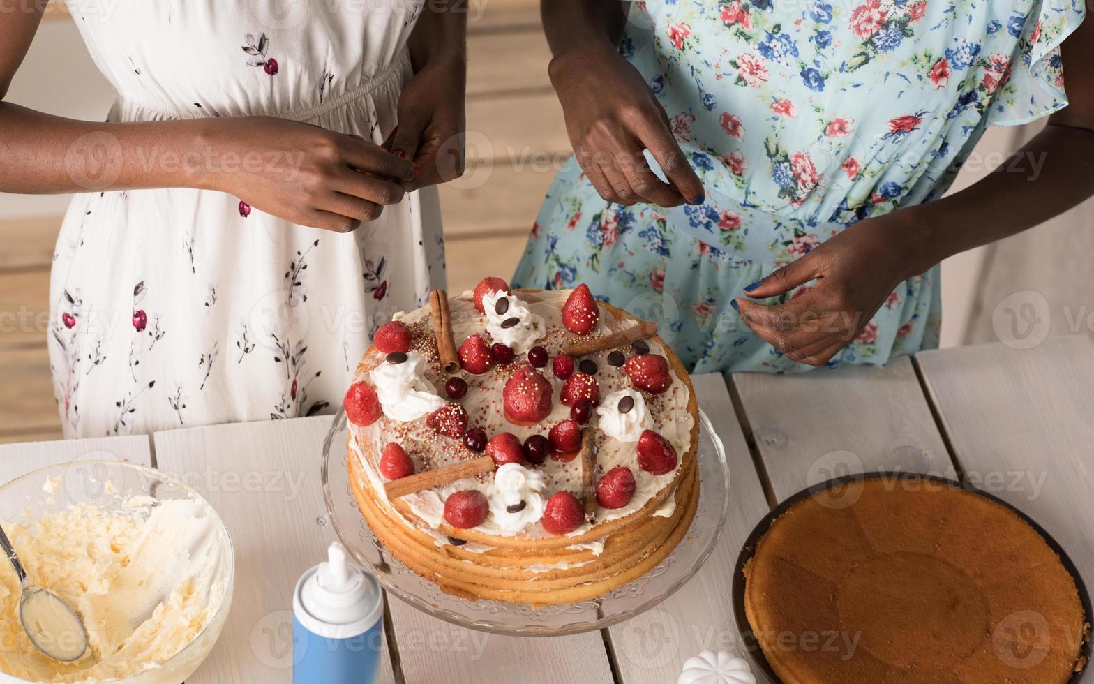 mujeres cocinando pastel foto