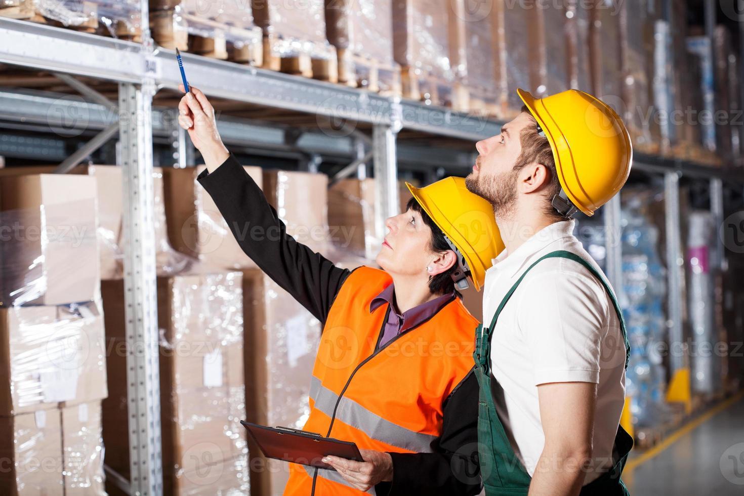 ingeniero ordenando al trabajador foto