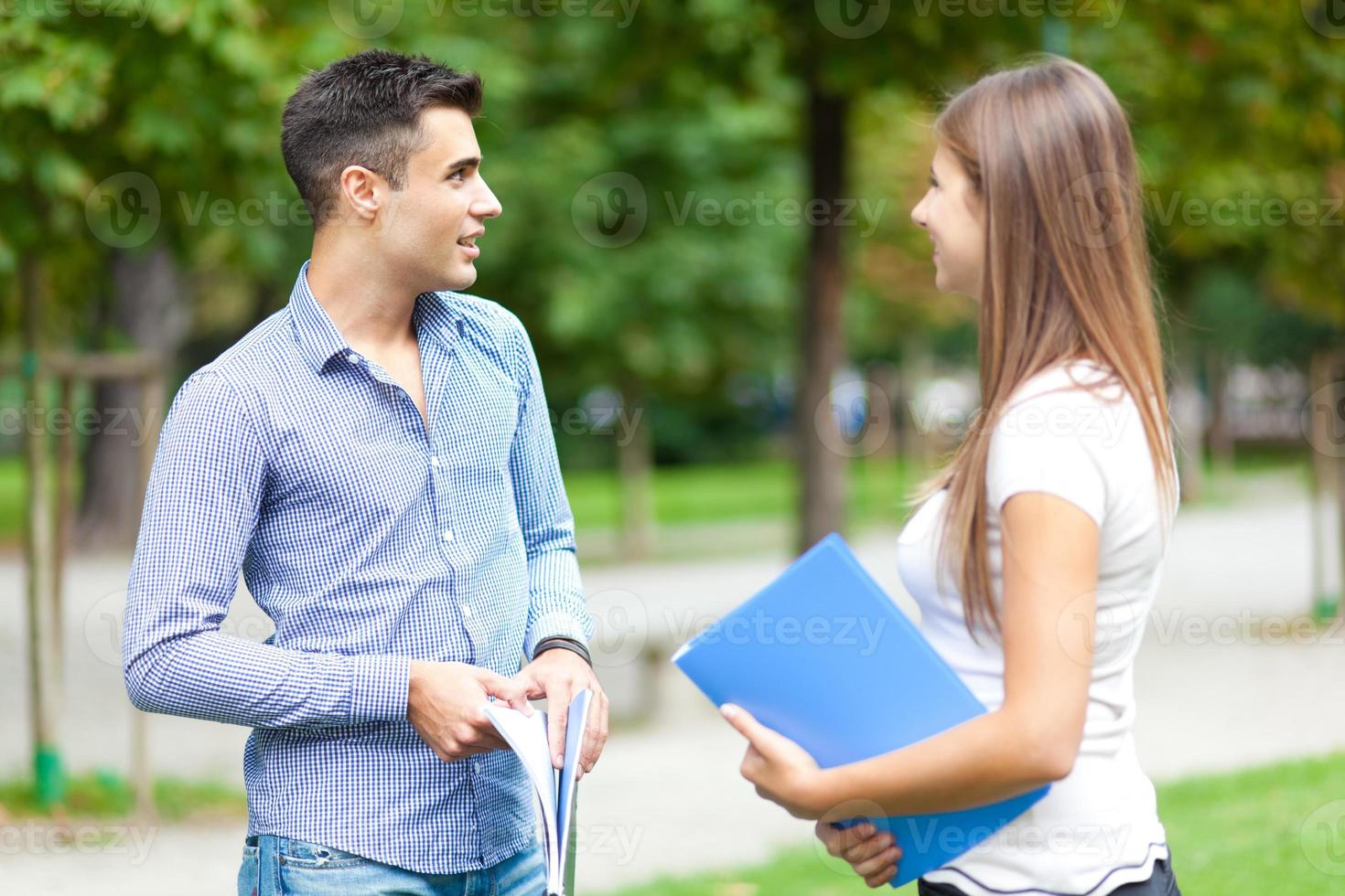 pareja joven hablando al aire libre foto