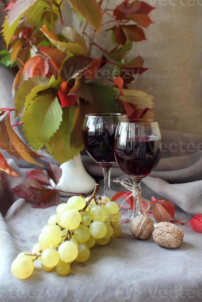 Bodegón con vino y uvas. foto