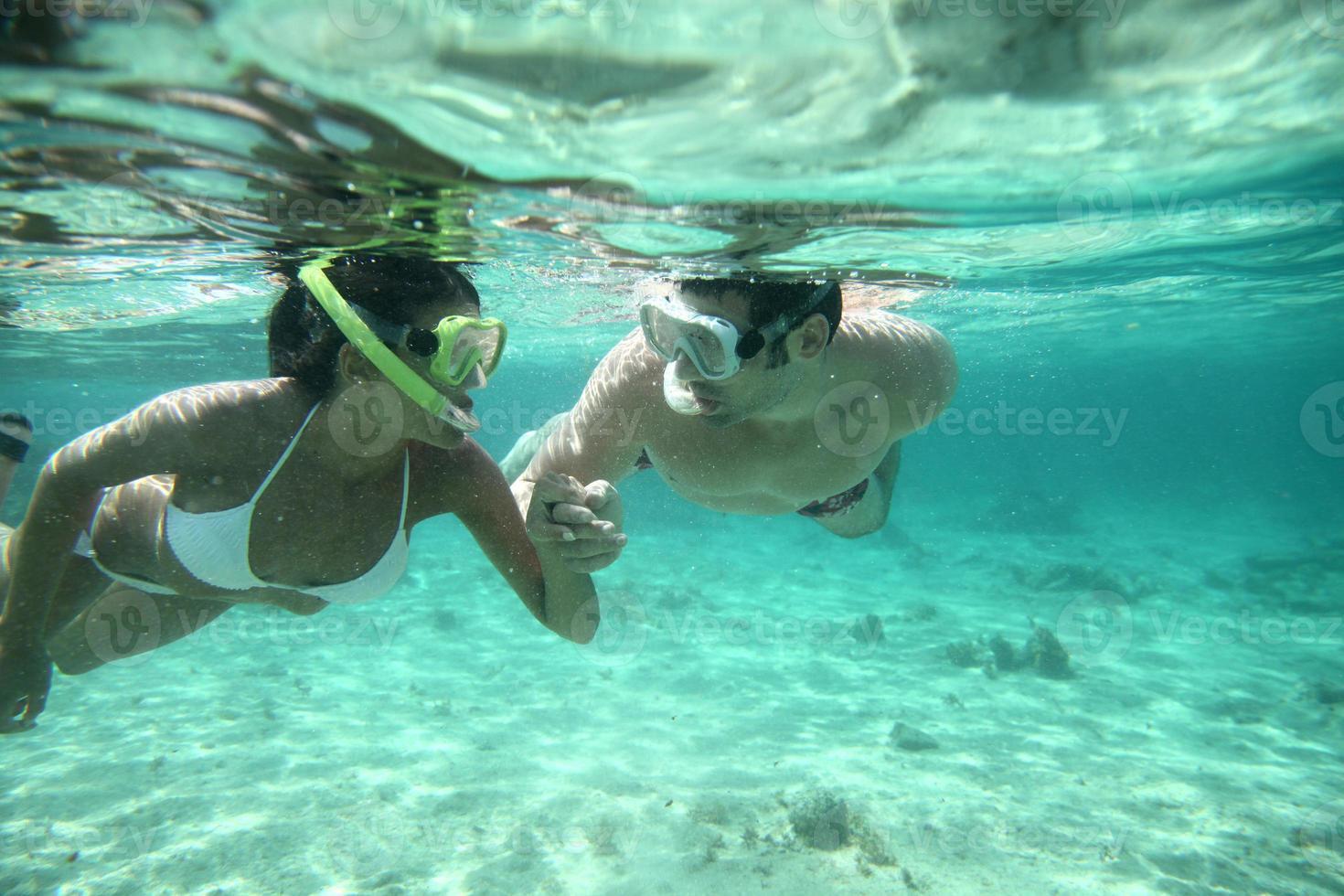 Foto subacuática de snorkel en pareja