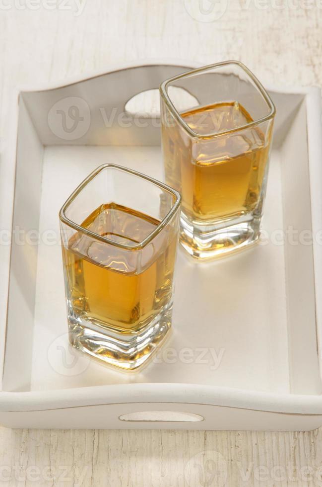 vaso de chupito con ron marrón foto