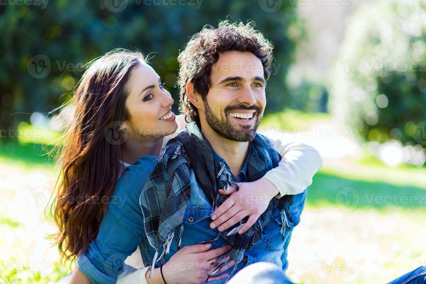 pareja divirtiéndose al aire libre foto
