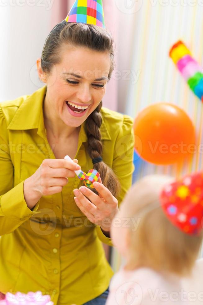 madre celebrando el primer cumpleaños de su bebé foto