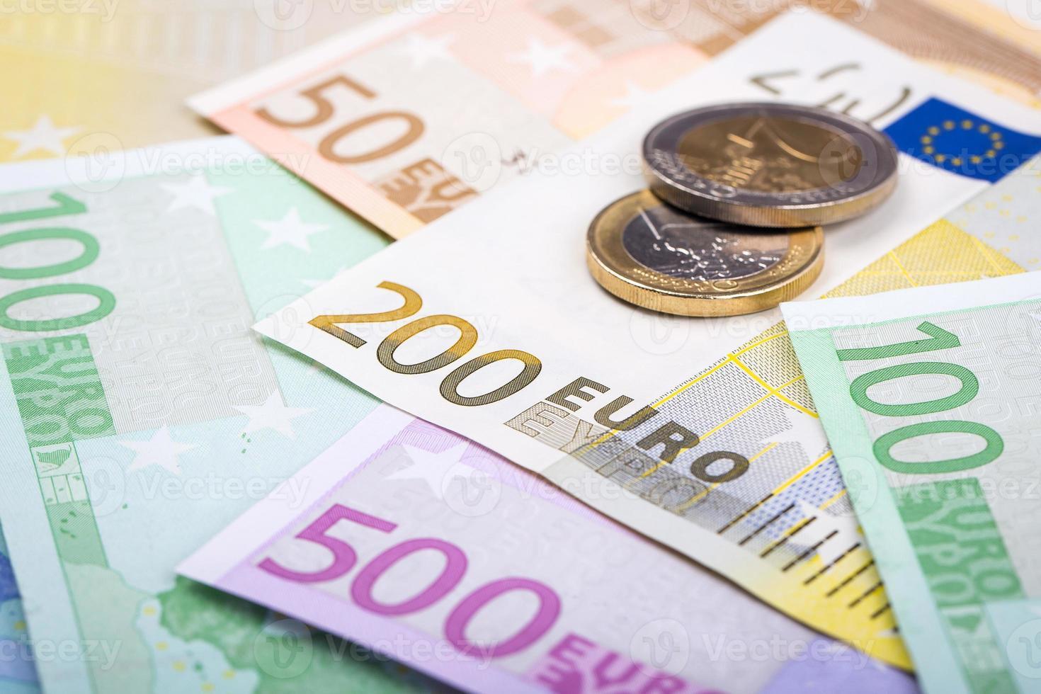 primer plano de billetes y monedas en euros foto