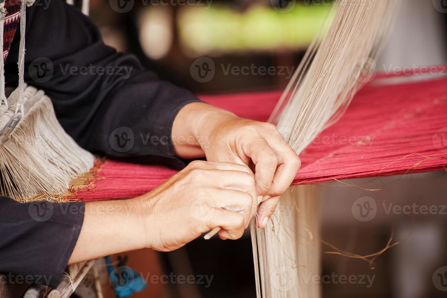 proceso de tejer seda tailandesa foto