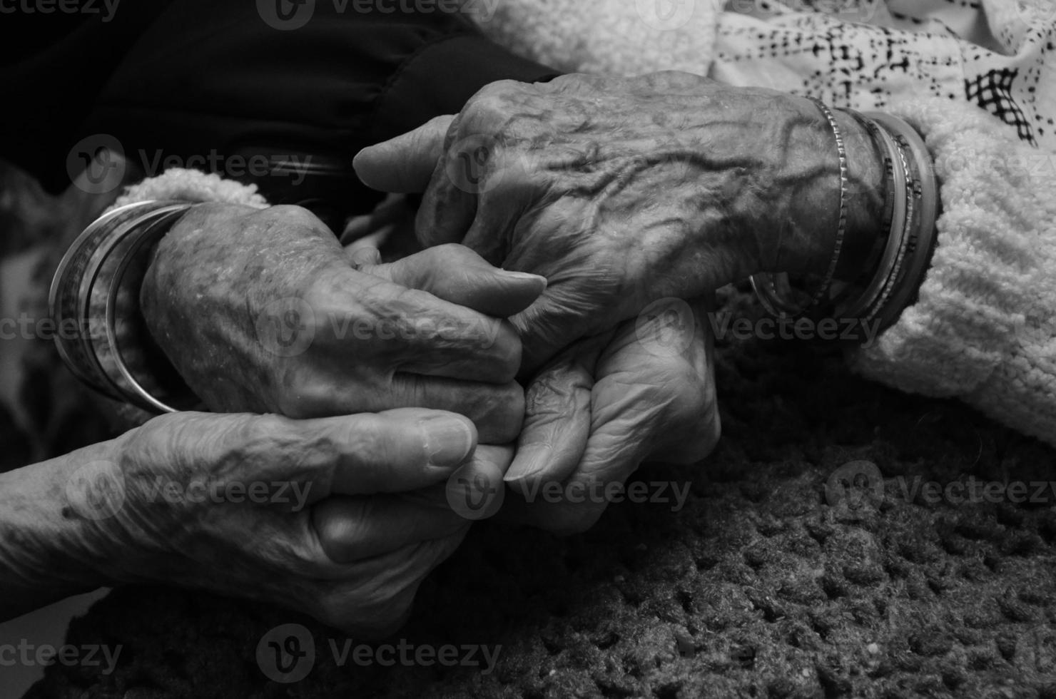 manos agarradas fuertemente foto