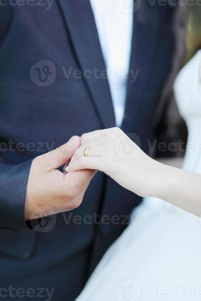 tomados de la mano con anillos de boda foto