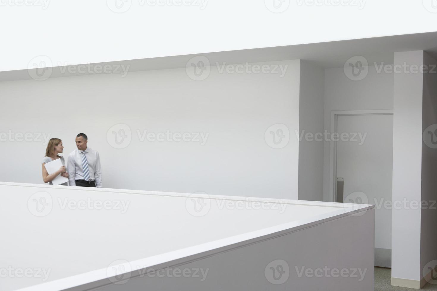 pareja de negocios caminando por el pasillo foto