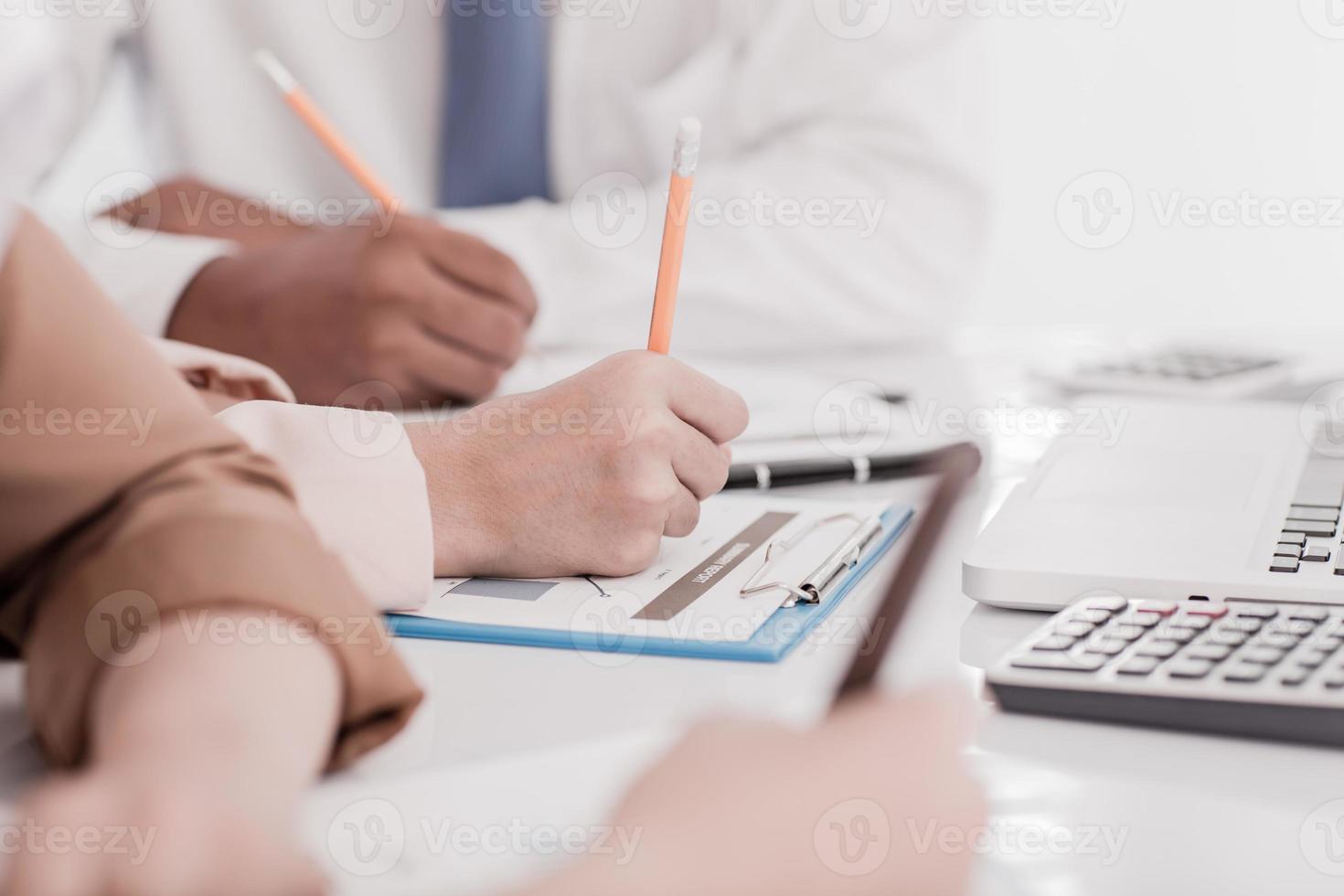 empresarios discutiendo las tablas y gráficos que muestran la resolución foto