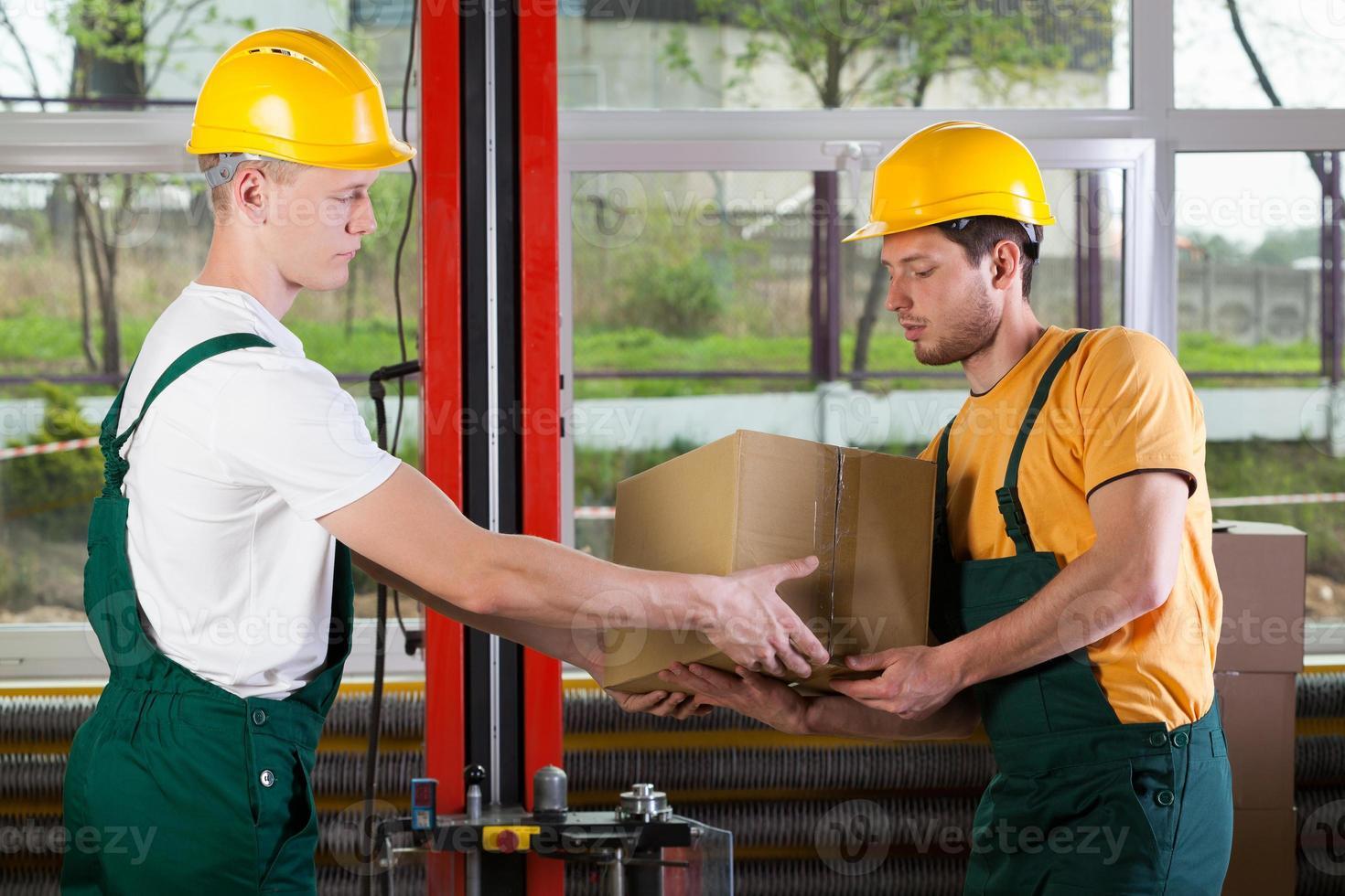 trabajadores de logística en almacén foto