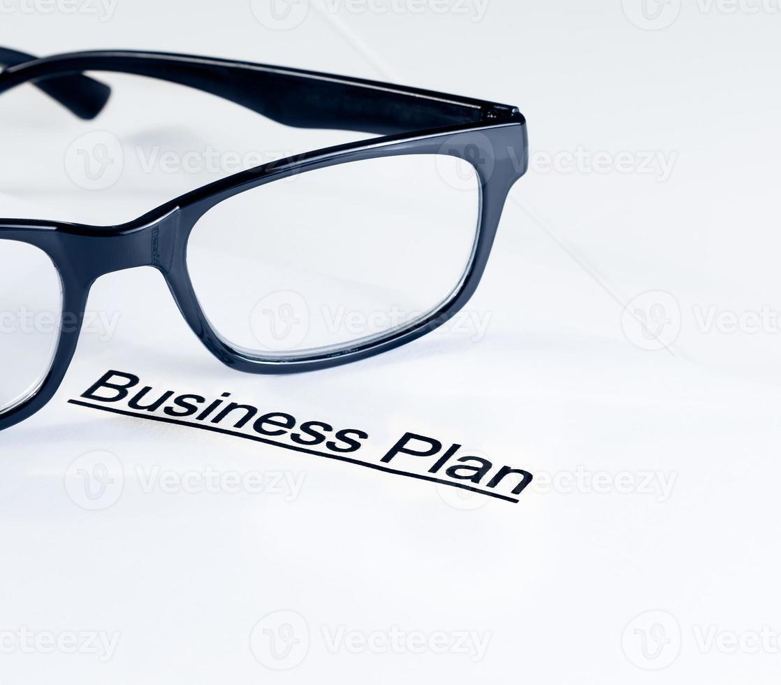 palabras del plan de negocios cerca de gafas, concepto de negocio foto