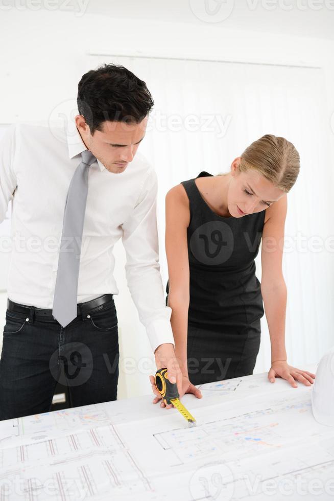 arquiteto de pessoas de negócios do grupo estudando blueprint na mesa de escritório foto