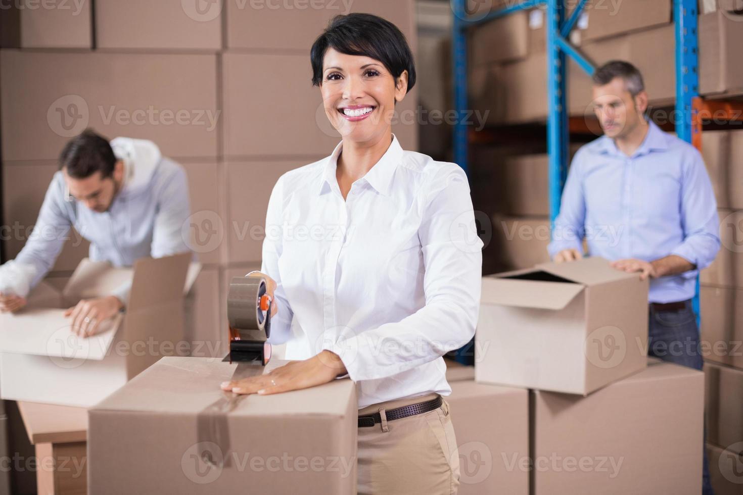 trabajadores del almacén empacando cajas foto