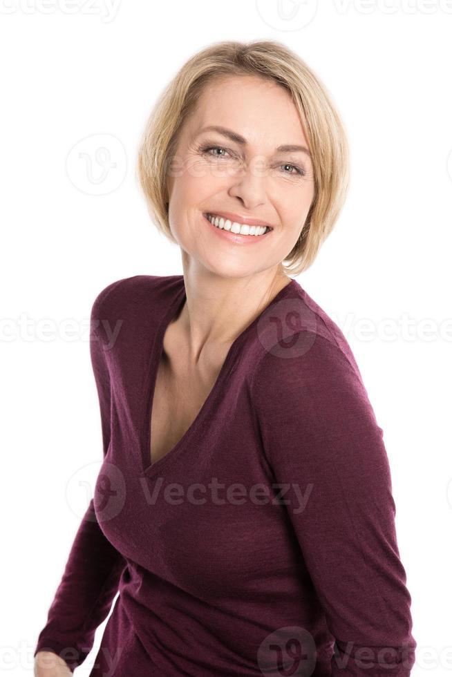 Retrato de mujer feliz envejecida sobre fondo blanco. foto